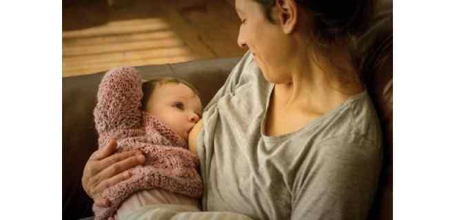 Recomiendan ahora no separar a madres con COVID-19 de recién nacidos