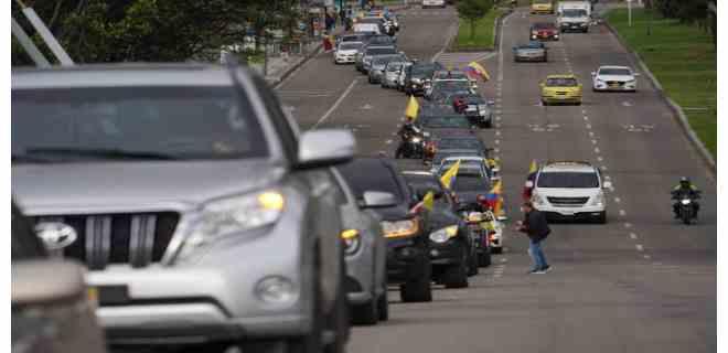 El uribismo salió en caravanas a las calles de Colombia en apoyo a su líder