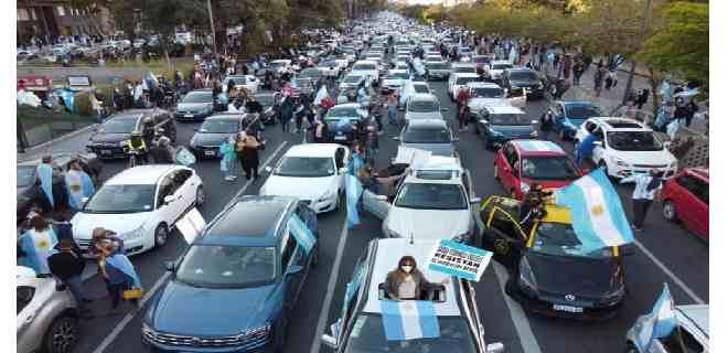 Protesta opositora en Argentina desafía la cuarentena pese a récord de contagios