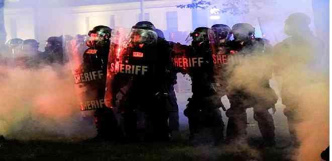 Un muerto y dos heridos en tercera noche de disturbios en Wisconsin
