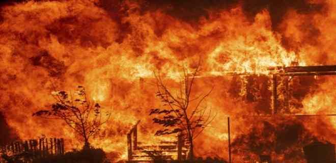 Un incendio al norte de Los Ángeles dobla su tamaño y desplaza más población