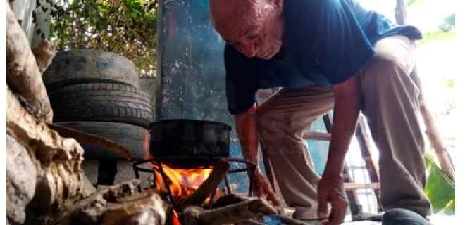 Vecinos cocinan en fogones colectivos por falta de gas y electricidad