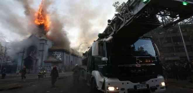 Dos iglesias quemadas y varios saqueos en Chile